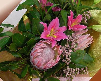 画像1: キングプロテアと百合の花束